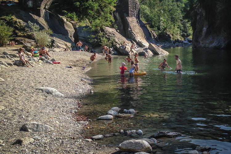 Gemütlicher Badeplatz an der Melezza in Golino