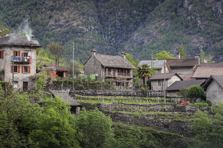 Das Rustico im oberen Dorfteil von Pila (kleines Häuschen in der Mitte mit 2 Kaminen)