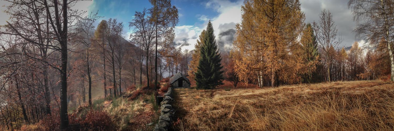Nebelschwaden und Herbstsonne oberhalb von Calascio